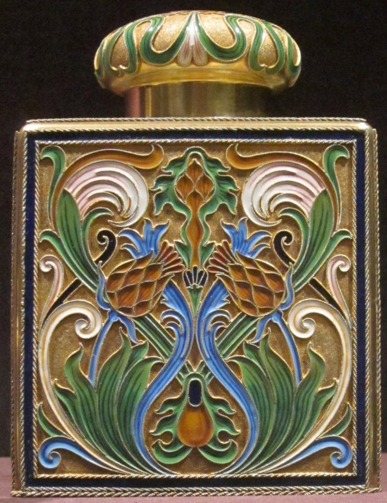 Tea_caddy_silver_gilt_opaque_cloisonné_enamel_House_of_Fabergé_before_1896-788x1024 L'esmalt a l'orfebreria i joieria - L'esmalt translúcid de l'Art Nouveau i del Modernisme